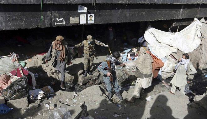 Αφγανοί εργαζόμενοι στον τομέα της υγείας και  προσωπικό ασφαλείας πραγματοποιούν εκστρατεία συλλογής ύποπτων χρηστών ναρκωτικών στην Καμπούλ του Αφγανιστάν
