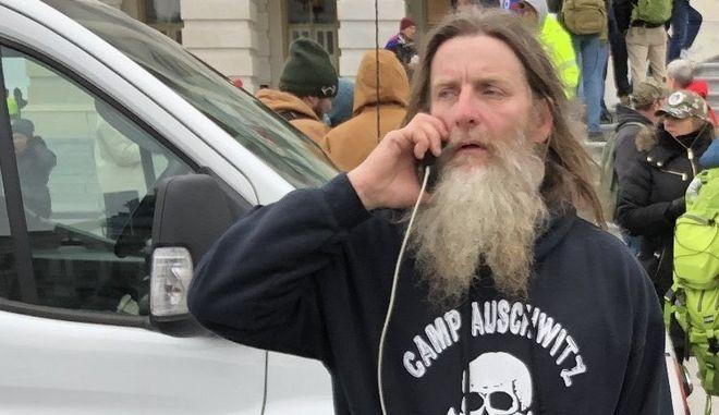 """Εισβολή στο Καπιτώλιο: Συνελήφθη ο οπαδός του Τραμπ με την μπλούζα """"Άουσβιτς"""""""
