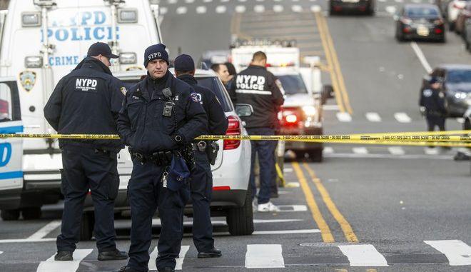 Αστυνομικές δυνάμεις της Νέας Υόρκης στο σημείο όπου έστησε ενέδρα ένοπλος σε περιπολικό