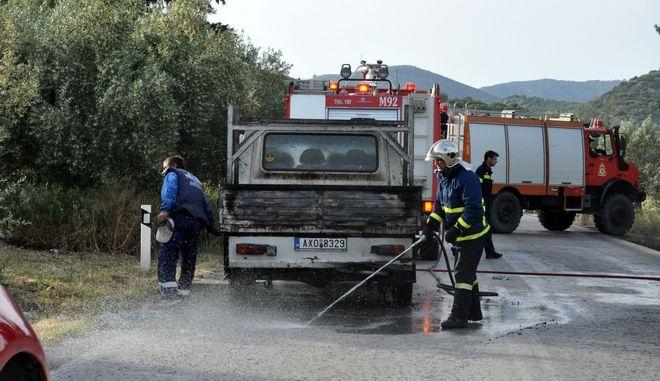 ΑΡΓΟΣ-Δύο άνθρωποι τραυματίστηκαν από πυρκαγιά που εκδηλώθηκε σε εν κινήσει όχημα το απόγευμα της Πέμπτης 11 Μαΐου 2017.Το ατύχημα συνέβη στην παλαιά εθνική οδό Άργους-Κορίνθου στα Φίχτια.Η φωτιά προκλήθηκε στη καρότσα ημιφορτηγού που είχε υλικά κατασκευής μεταλλικών κτιριών. Ο οδηγός και οι τρείς συνεπιβάτες του οχήματος προσπάθησαν να σβήσουν τη φωτιά με αποτέλεσμα δύο άτομα να τραυματισθούν και  να μεταφερθούν με ασθενοφόρο του ΕΚΑΒ στο νοσοκομείο. Στο σημείο έσπευσε  η Πυροσβεστική Άργους με τρία οχήματα και 6 άνδρες.( eurokinissi-Βασίλης Παπαδόπουλος)