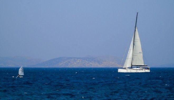 Σκάφος πλέει στην θάλασσα σε περιοχή της Αττικής.Φωτογραφία Αρχείου.