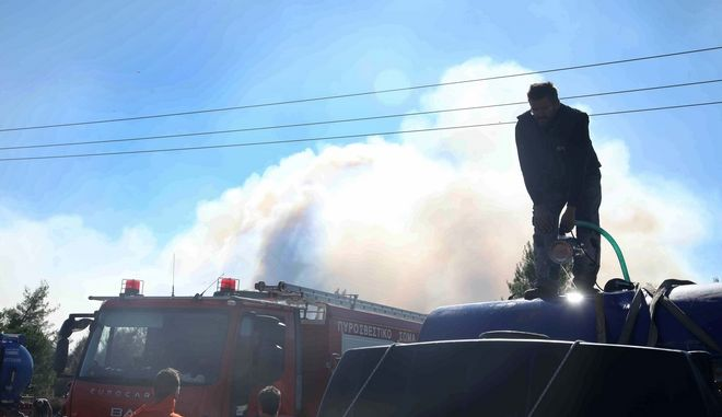 Φωτιά στα Σπάτα ανάμεσα σε σπίτια - Συναγερμός στην Πυροσβεστική