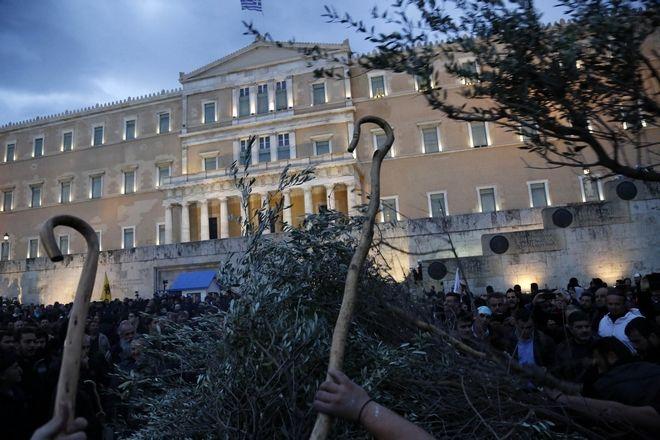 Συγκέντρωση των αγροτών στην πλατεία Συντάγματος, Παρασκευή 12 Φεβρουαρίου 2016. (EUROKINISSI/ΣΤΕΛΙΟΣ ΜΙΣΙΝΑΣ)