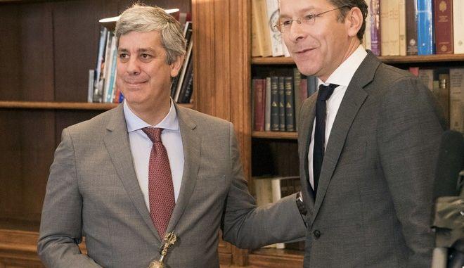 Ο Ντάισελμπλουμ παρέδωσε το καμπανάκι του Eurogroup στον Πορτογάλο Σεντένο