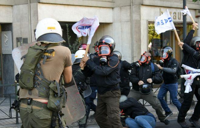 Μικρής έντασης επεισόδια στην πορεία του κκε πρός την Αμερικάνικη πρεσβεία,όταν διαδηλωτές πέταξαν μπογιά στο άγαλμα του Τρούμαν, Σάββατο 5 Οκτωβρίου 2019 (EUROKINISSI/ΜΙΧΑΛΗΣ ΚΑΡΑΓΙΑΝΗΣ)
