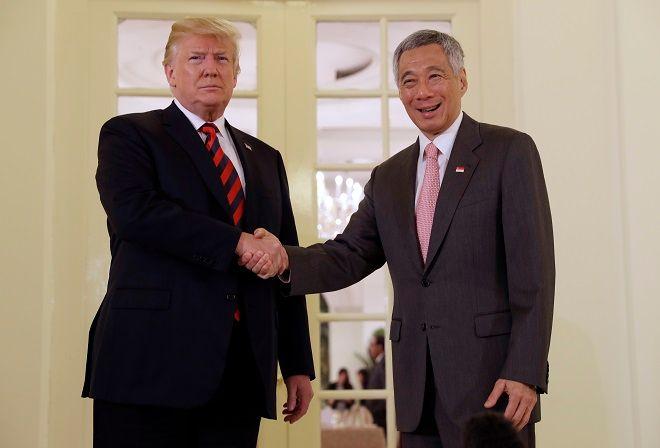 Η χειραψία του Ντόναλντ Τραμπ με τον πρωθυπουργό της Σιγκαπούρης Λι Χσιεν