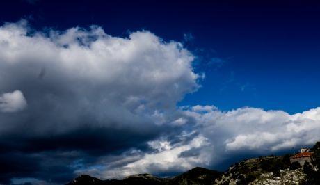 Ουρανός με λίγα σύννεφα