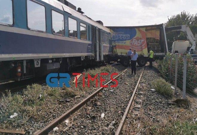Θεσσαλονίκη: Τρένο συγκρούστηκε με φορτηγό