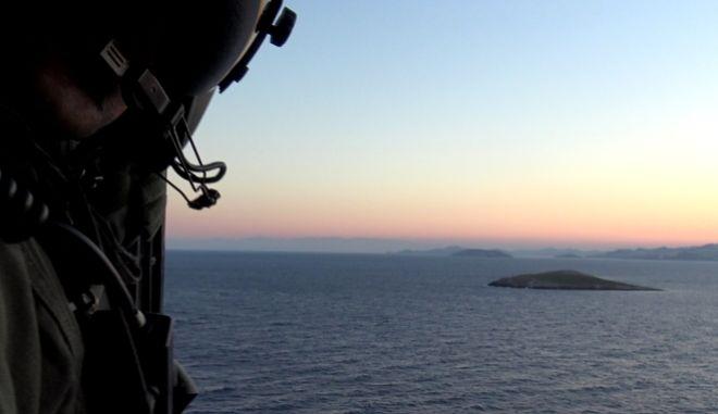 Ο Υπουργός Εθνικής Άμυνας Πάνος Καμμένος, συνοδευόμενος από τον Αρχηγό ΓΕΑ Αντιπτέραρχο (Ι) Χρήστο Χριστοδούλου, πραγματοποίησε ρίψη στεφάνου στο θαλάσσιο χώρο των Ιμίων, στον τόπο θυσίας των τριών ηρώων Ελλήνων Αξιωματικών του Πολεμικού Ναυτικού Παναγιώτη Βλαχάκου, Χριστόδουλου Καραθανάση, Έκτορα Γιαλοψού.