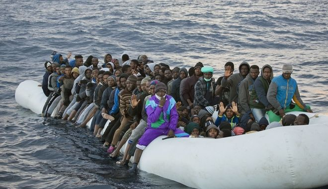 Μετανάστες και πρόσφυγες σε βάρκα ανοιχτά της Λιβύης