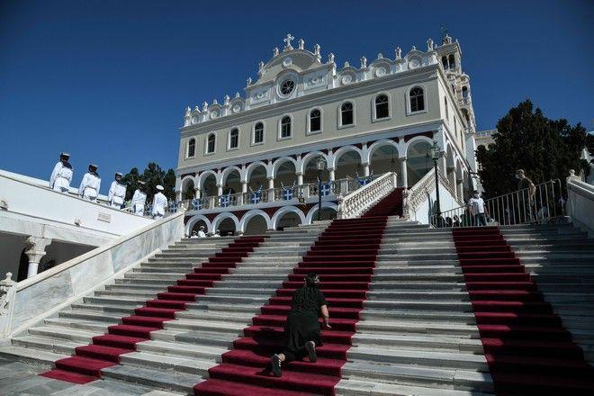 Δοξολογία στον ιερό ναό της Παναγίας Ευαγγελίστριας στην Τήνο (Μεγαλόχαρη) για το εορτασμό της Κοίμησης της Θεοτόκου , το Σάββατο 15 Αυγούστου 2020
