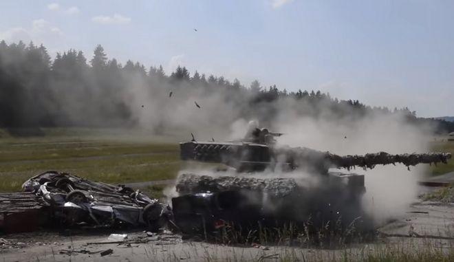 Άρματα μάχης ισοπεδώνουν οχήματα