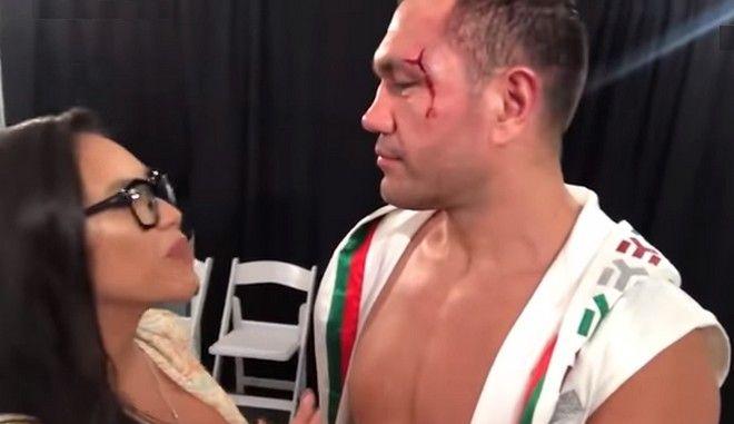 Μποξέρ αρπάζει δημοσιογράφο και τη φιλά στο στόμα μετά από συνέντευξη