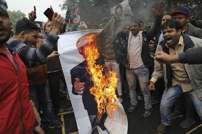 Διαδηλωτές στην κηδεία Σουλεϊμανί