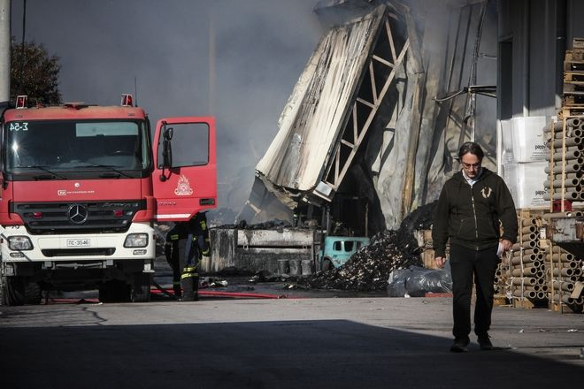 Πυρκαγιά σε αποθήκη χαρτιού στο Μενίδι, ξέσπασε τα ξημερώματα της Παρασκευής 10 Νοεμβρίου 2017. Στο σημείο επιχείρησαν 45 πυροσβέστες με 15 οχήματα.(EUROKINISSI//Σωτήρης Δημητρόπουλος)