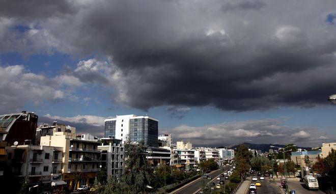 Αθηνα συννεφιασμένος ουρανός στη λεωφόρο Μεσιγείων. (ΓΙΑΝΝΗΣ ΠΑΝΑΓΟΠΟΥΛΟΣ/ EUROKINISSI)
