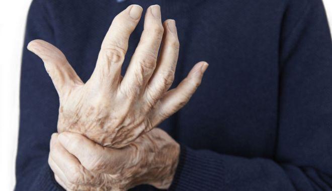 Ηλικιωμένη γυναίκα υποφέρει από αρθριτικά
