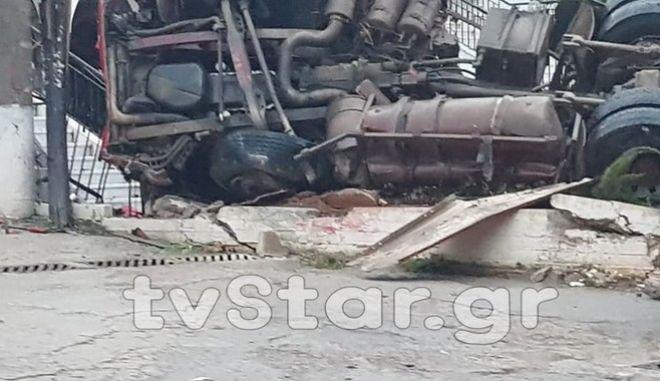Χαλκίδα: Νταλίκα κατέληξε στο προαύλιο εκκλησίας