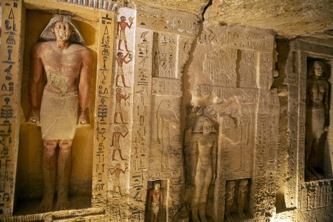 Ένας τάφος που ανακαλύφθηκε στον αρχαιολογικό χώρο της Σακκάρα, 30 χιλιόμετρα (19 μίλια) νότια του Καΐρου της Αιγύπτου, εμφανίζεται το Σάββατο 3 Οκτωβρίου 2020. Η Αίγυπτος λέει ότι οι αρχαιολόγοι έχουν ανακαλύψει περίπου 60 αρχαία φέρετρα σε ένα τεράστιο νεκροταφείο νότια του Καΐρου. Ο Αιγύπτιος Υπουργός Τουρισμού και Αρχαιοτήτων δήλωσε ότι τουλάχιστον 59 σαρκοφάγοι βρέθηκαν σφραγισμένοι με μούμιες που είχαν θαφτεί σε τρία πηγάδια πριν από 2.600 χρόνια. (Φωτογραφία AP / Mahmoud Khaled)