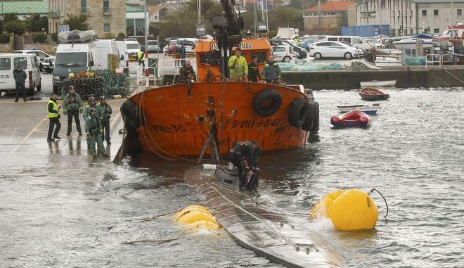 Το υποβρύχιο μεταφέρεται στην ακτή