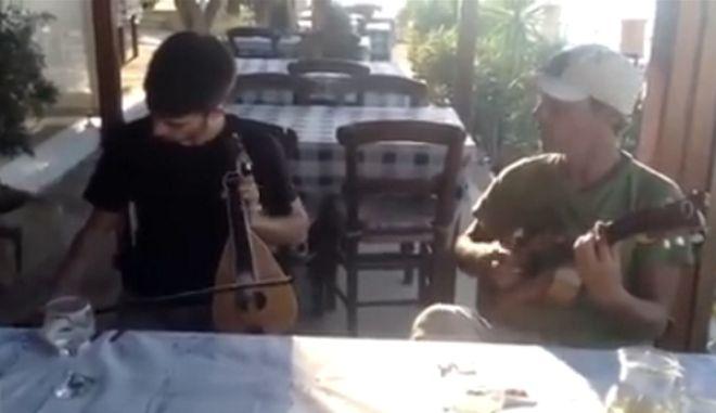 Ο Manu Chao πήγε στην Κρήτη και τζαμάρει μαντινάδες