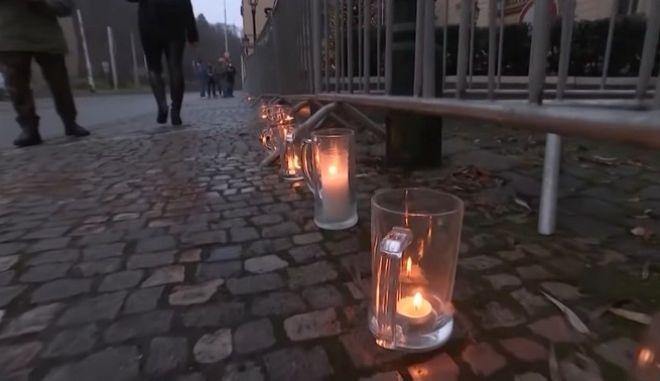 Ποτήρια μπίρας στήθηκαν στους δρόμους της Πράγας, σε μια διαμαρτυρία κατά των περιορισμών λόγω της πανδημίας