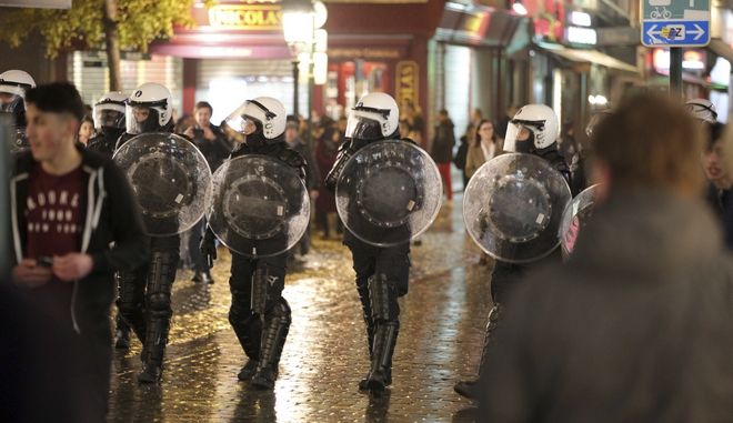 Belgian police march against demonstrators during unrest in Brussels on Wednesday, Nov. 15, 2017. Youngsters have scuffled with police in the heart of Brussels only days after riots left cars ablaze and shops looted. (AP Photo/Olivier Matthys)