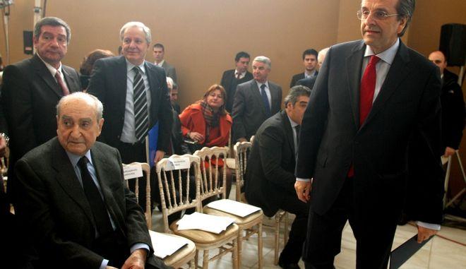 """Χαιρετισμός του πρωθυπουργού Αντ. Σαμαρά σε εκδήλωση του ιδρύματος Σταύρος Νιάρχος με θέμα """"Πρωτοβουλία ενάντια στην κρίση, ένας χρόνος δράσεων""""  στο Ζάππειο Μέγαρο.Στην φωτογραφία ο πρωθυπουργός με τον πρόεδρο του Ιδρύματος Ανδρέα Δρακόπουλο,Δευτέρα 18 Φεβρουαρίου 2013. (EUROKINISSI/ΤΑΤΙΑΝΑ ΜΠΟΛΑΡΗ)"""