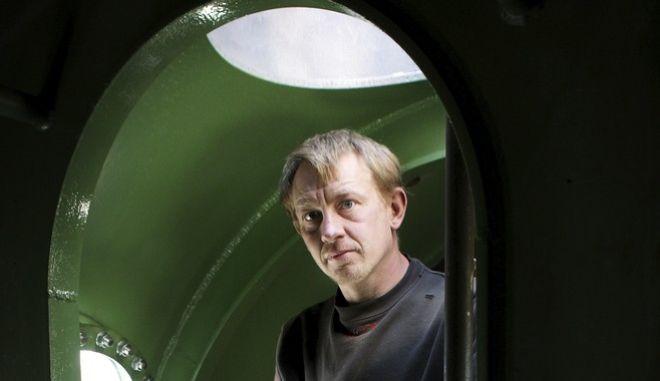 Ο εφευρέτης Πέτερ Μάντσεν στέκεται μέσα στο υποβρύχιό του, όπου δολοφόνησε την Σουηδή δημοσιογράφο Κιμ Βαλ.