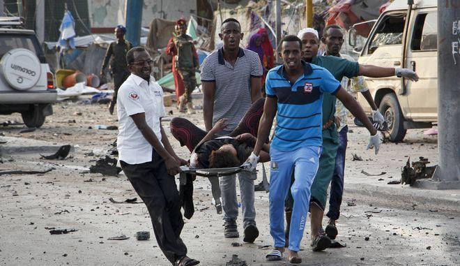Σομαλοί μεταφέρουν άνθρωπο που τραυματίστηκαν σε βομβιστική επίθεση