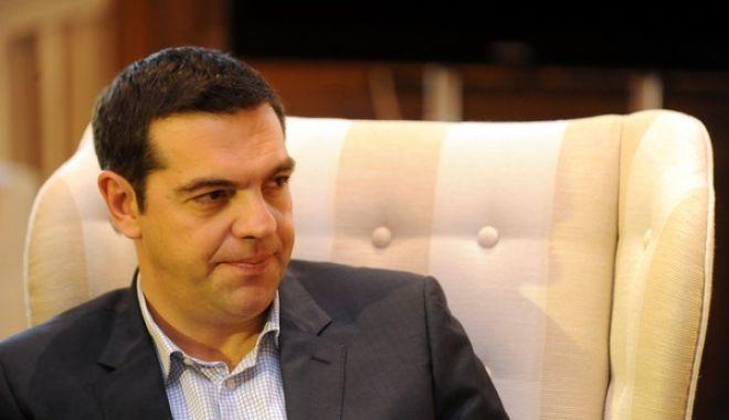 Ο πρωθυπουργός Αλέξης Τσίπρας συνομιλεί με την περιφερειάρχη Αττικής Ρένα Δούρου κατα την συνάντηση τους την Τρίτη 28 Απριλίου 2015, στο Μέγαρο Μαξίμου. (EUROKINISSI/ΤΑΤΙΑΝΑ ΜΠΟΛΑΡΗ)