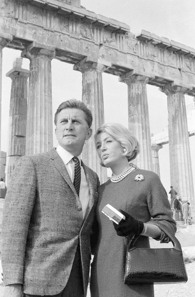 O Kερκ και η Άννα Ντάγκλας στην Ακρόπολη στις 11 Νοεμβρίου 1964. (AP Photo)
