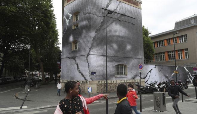 Τοιχογραφία του Γάλλου καλλιτέχνη JR  προς τιμήν των θυμάτων της αστυνομικής βαρβαρότητας. Γαλλία