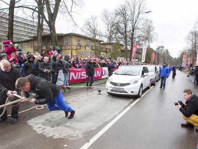 Ο δυνατότερος άνθρωπος στον κόσμο τράβηξε 12 Nissan Note