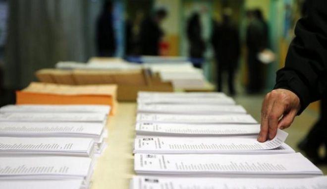 Ισπανικές εκλογές: Από το 'σπάσιμο' των νερών μέλους εφορευτικής επιτροπής στις καρδιακές προσβολές ηλικιωμένων μετά την ψήφο