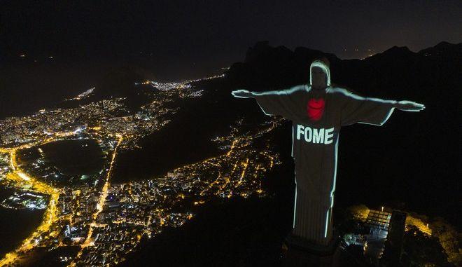 Ρίο ντε Τζανέιρο: Το άγαλμα του Χριστού Σωτήρα φωτίστηκε κατά της πείνας
