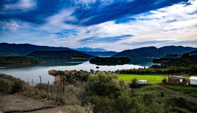 Στιγμιότυπο από την τεχνητή λίμνη Καστρακίου, στην Αιτωλοακαρνανία