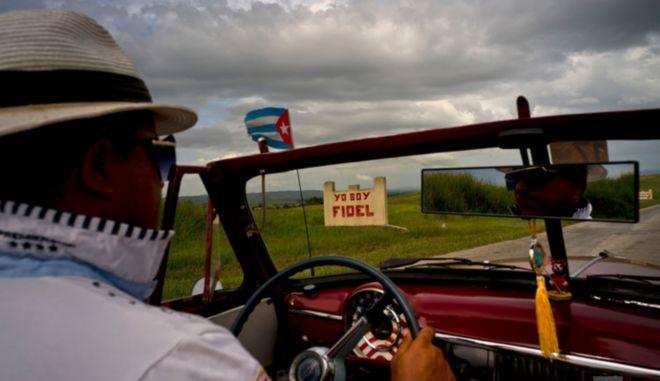 """Οδηγός περνάει πινακίδα που γράφει """"εγώ είμαι ο Φιντέλ"""""""
