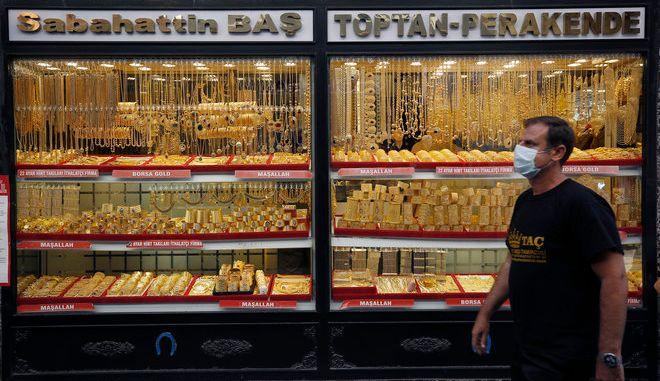 Άντρας στο παζάρι χρυσού της Κωνσταντινούπολης. (AP Photo/Emrah Gurel)