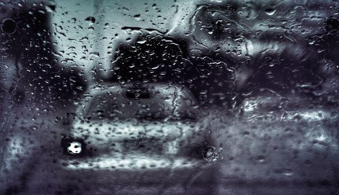 Στιγμιότυπα βροχής μέσα από αυτοκίνητο