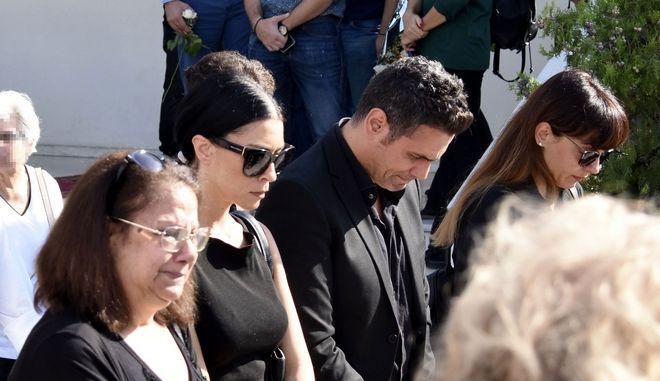 Ο Δημήτρης Ουγγαρέζος στην κηδεία της μητέρας του