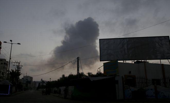 Καπνός πάνω από τη Γάζα μετά τις εκτοξεύσεις δεκάδων ρουκετών εναντίον του Ισραήλ και τα πολύνεκρα πλήγματα του εβραϊκού κράτους εναντίον της Χαμάς