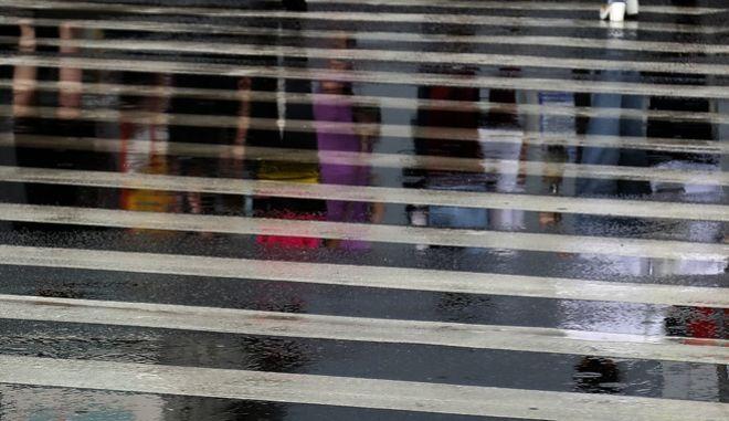 Πεζοί διασχίζουν διάβαση στη Μόσχα