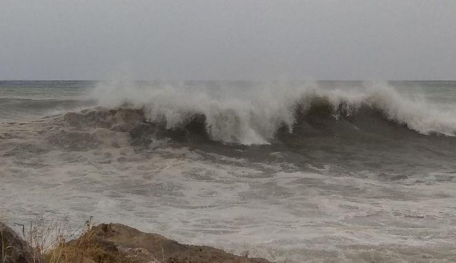 Η Κακοκαιριά χτυπάει όλη την Ελλάδα. Μανιασμένα τα κύματα σε Μεσσηνία και Αργολίδα. Πλημμύρες στο Ξυλόκαστρο και το Κιάτο