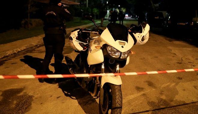 Αστυνομικοί έξω από σπίτι (φωτό αρχείου)