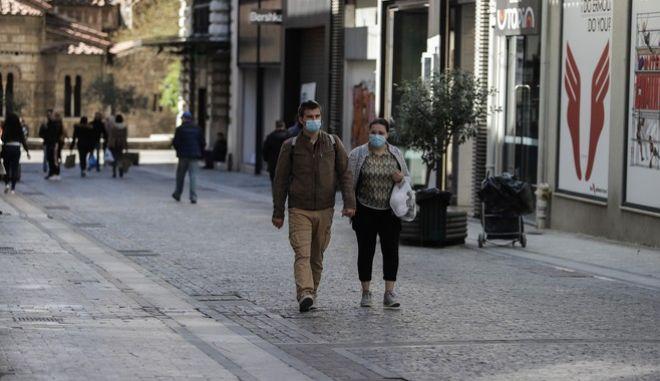 Άνθρωποι περπατούν στο κέντρο της Αθήνας