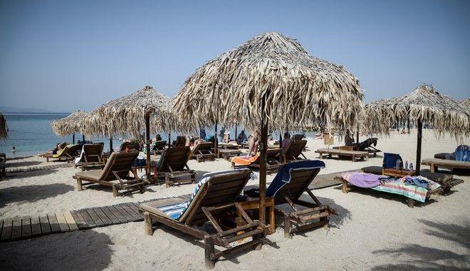 Άνοιξαν σήμερα οι οργανωμένες παραλίες της Αττικής με όλα τα προβλεπόμενα μέτρα ασφαλείας για την αναχαίτηση της διασποράς του κορονοϊού.Στιγμιότυπααπό την