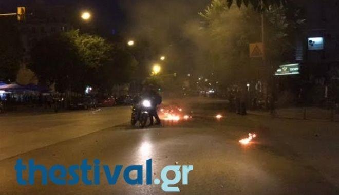 Θεσσαλονίκη: Κουκουλοφόροι χτύπησαν τροχονόμο και του έκαψαν τη μηχανή