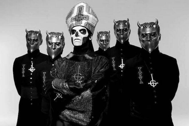Ο Papa Emeritus IV, Tobias Forge μαζί με άλλα μέλη των Ghost