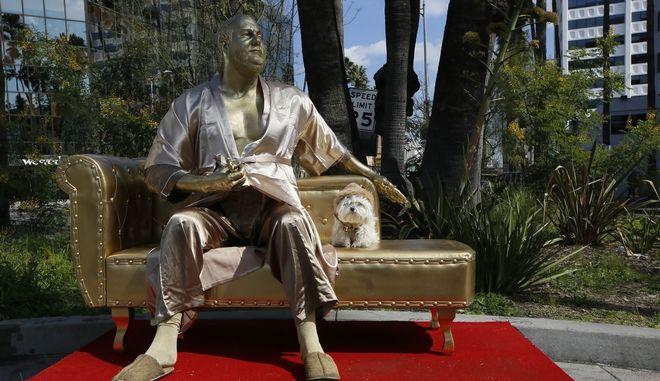 """Casting couch"": Ένα έργο διαμαρτυρίας του street artist ""Plastic Jesus"" για το σκάνδαλο Γουάινστιν"